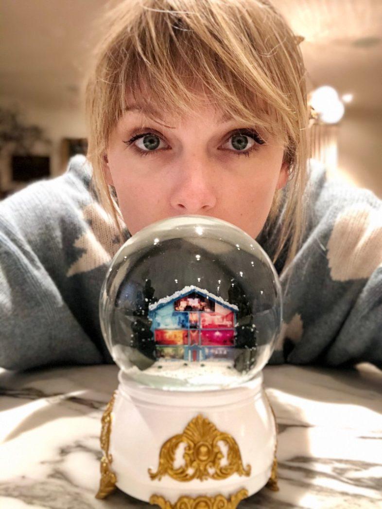 """TAYLOR SWIFT in versione nataliza con """"Christmas Tree Farm"""""""