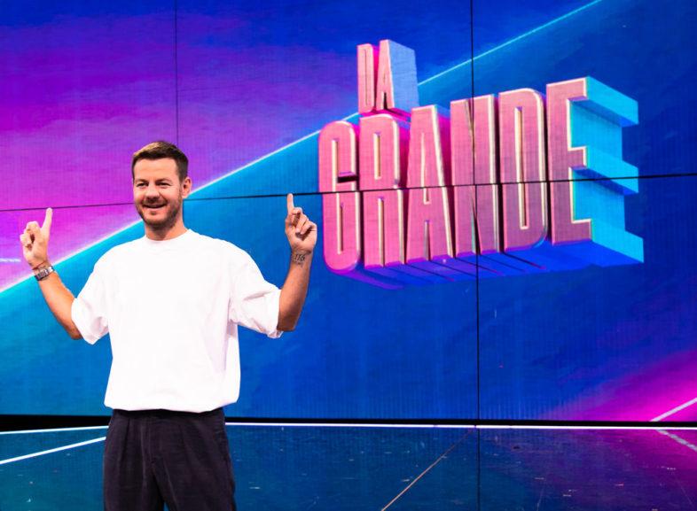 """ALESSANDRO CATTELAN presenta """"Da Grande"""". Tra gli ospiti BLANCO, ELODIE, MENGONI e tanti altri"""